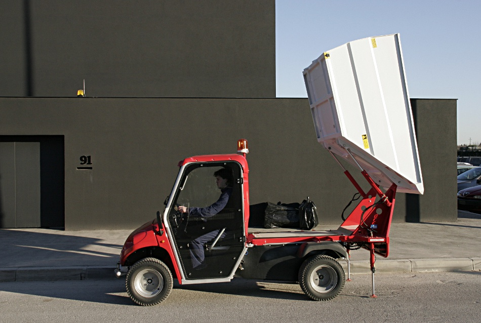 Müllabfuhr mit Elektrofahrzeug