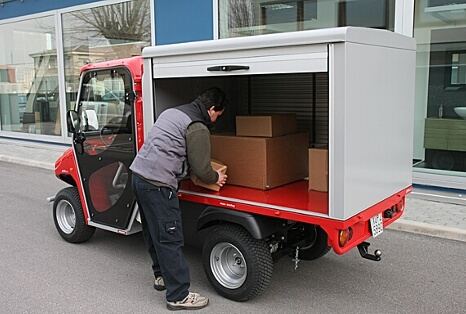 Closed cargo box with side rolling doors for civil protection vehicles