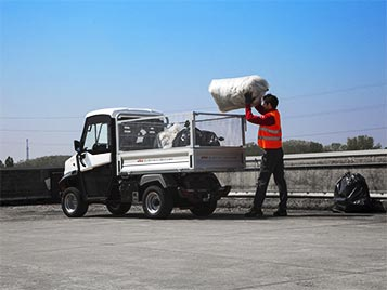 waste collecting vehicle with steel mesh sides