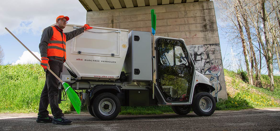 Waste collection vehicle with toolbox - For waste collection and soil cleaning